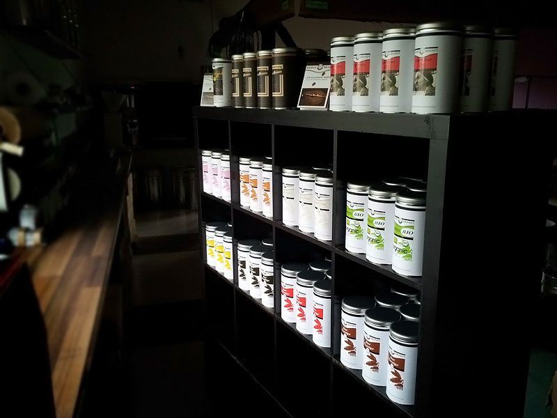 WERKSBRANDT Kaffeerösterei - Kaffeeladen am Dorfweiher - Impressionen Regal