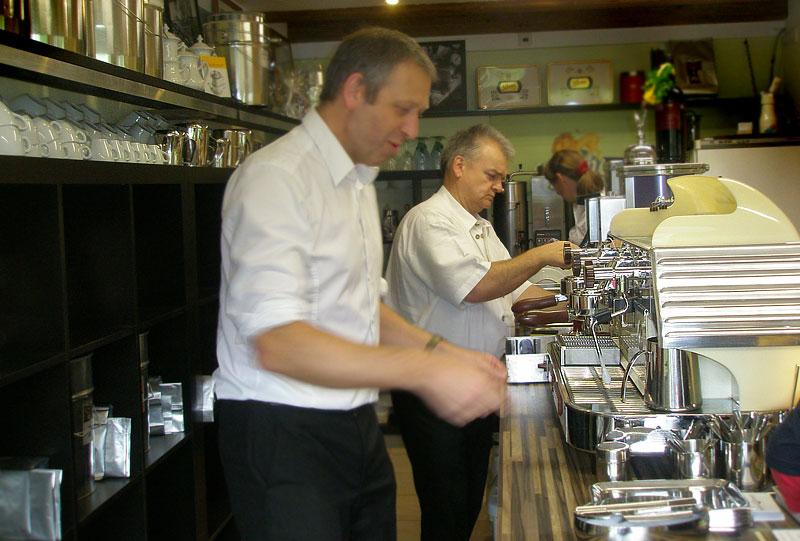 WERKSBRANDT Kaffeerösterei - Kaffeeladen am Dorfweiher - Baristas im Einsatz