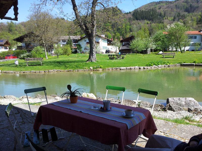 WERKSBRANDT Kaffeerösterei - Kaffeeladen am Dorfweiher - Aussicht auf die Terasse mit Dorfanger und Weihe
